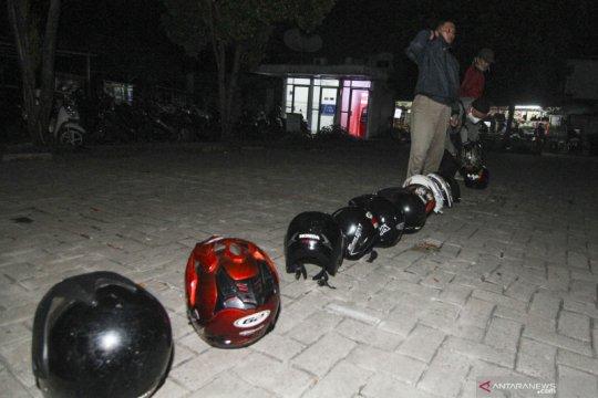 Hindari kerumunan, antrean orang diganti helm di Satpas Perpanjangan SIM Depok