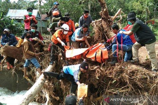 Evakuasi jenazah korban tanah longsor Janeponto