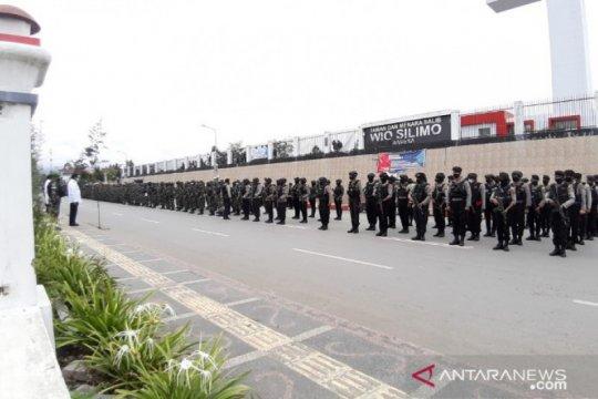 Bupati Jayawijaya ingatkan TNI-Polri utamakan pendekatan persuasif