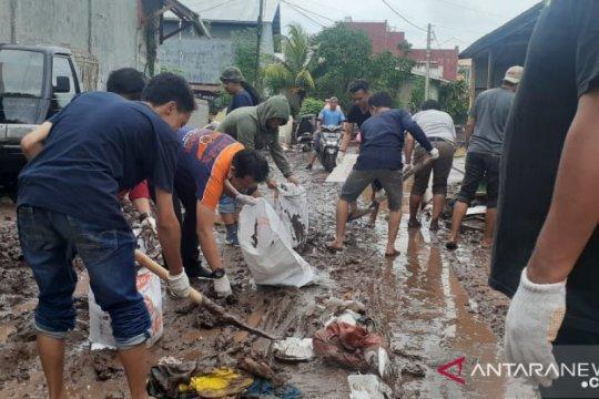 Relawan pemuda gelar aksi sosial bersihkan lumpur di Bantaeng