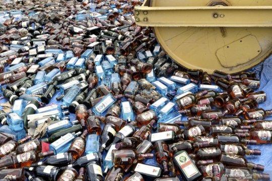 Ribuan botol minuman keras selundupan dari Singapura dimusnahkan