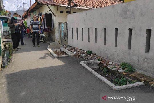 Makam di jalan umum Pisangan Lama akibat alih fungsi lahan