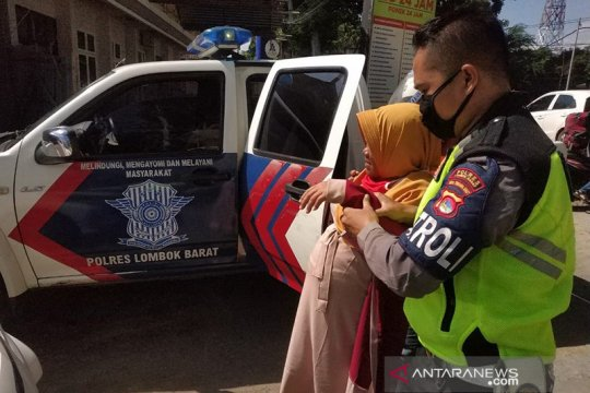 Anggota Polres Lombok Barat tolong ibu sedang hamil besar