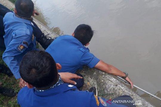 Damkar evakuasi mayat pria yang hanyut di Kalimalang
