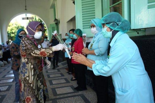 Risma keliling rumah sakit semangati dokter hingga petugas kebersihan