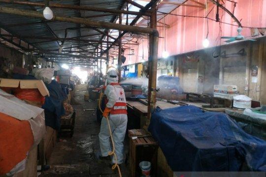 PMI semprot disinfektan lima pasar di Jakarta Selatan