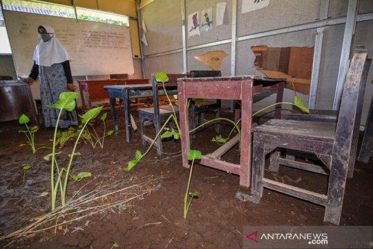 Sekolah rusak dampak banjir masih terlantar