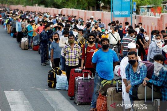 Lockdown dilonggarkan, buruh migran di India berjubel antre pulang ke kampung halaman