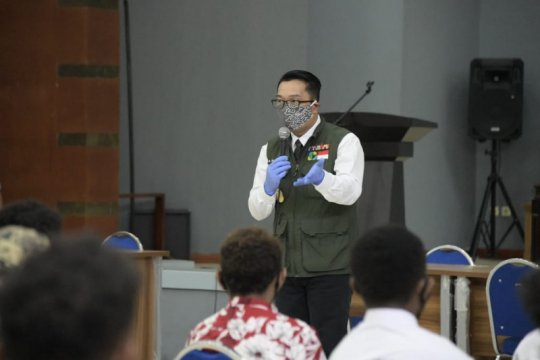 Ridwan Kamil tinjau tes usap pelajar Papua akan pulang kampung