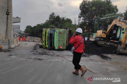 Truk terguling di Jalan Raya Bekasi memuat batu bara 35 ton