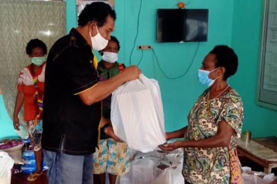 Penjual Noken di Jayapura terima sembako dari Polda Papua