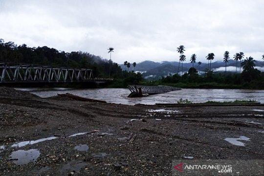 Jembatan Bailey penghubung Trans Seram Maluku putus diterjang banjir