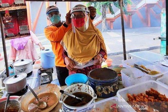 Baguna PDIP Jatim bagikan pelindung wajah ke PKL songsong normal baru