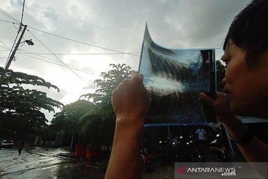 Warga Palu antusias saksikan gerhana di tengah guyuran hujan