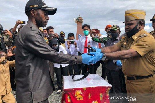 Pemkab Puncak Jaya terima satu pucuk senjata dari anggota separatis