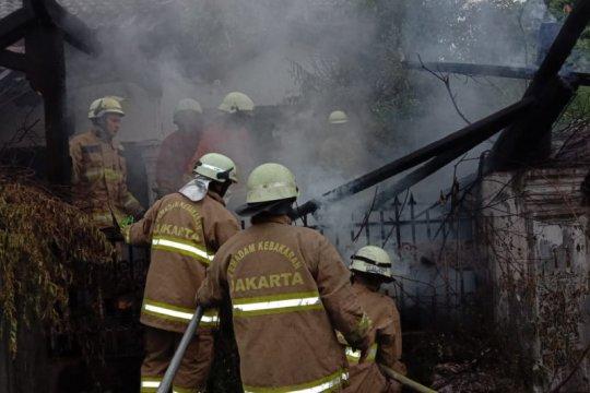 Akibat puntung rokok, rumah  di Duren Sawit terbakar
