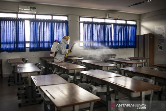 Penyemprotan disinfektan di lingkungan sekolah wilayah Jakpus