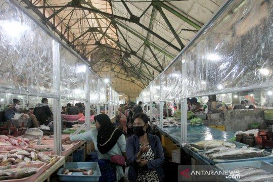 Penerapan protokol kesehatan di pasar ikan Pabean Surabaya