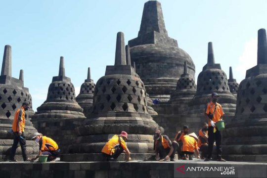 Petugas balai konservasi bersihkan Candi Borobudur dari abu Merapi