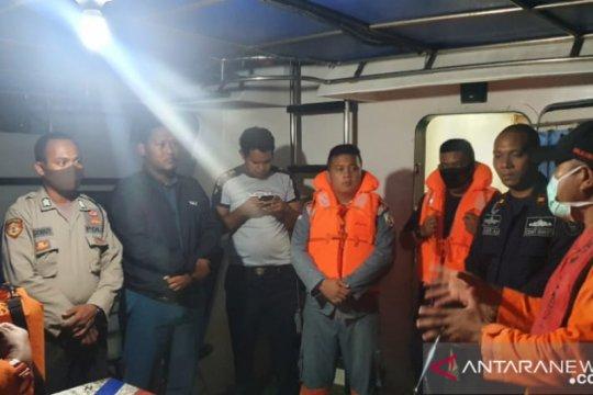 Kapal patah kemudi terombang-ambing di perairan Malra
