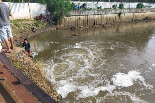 Damkar Jakbar cari bocah tenggelam di Pintu Air Kali Pesanggrahan