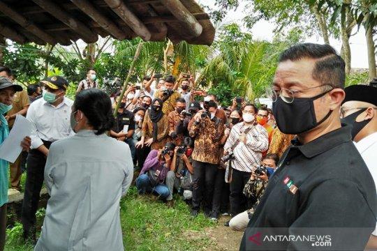 Mensos serahkan bantuan ke warga Tangerang terdampak COVID-19