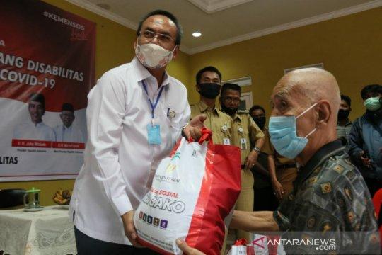 Bansos sembako Kemensos sentuh warga dan siswa SLB Bekasi