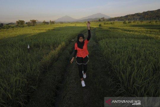 Melihat latihan mandiri atlet Para Atletik Karisma Evi Tiarani