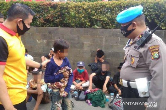 Puluhan anak telantar di depan Gedung DPR