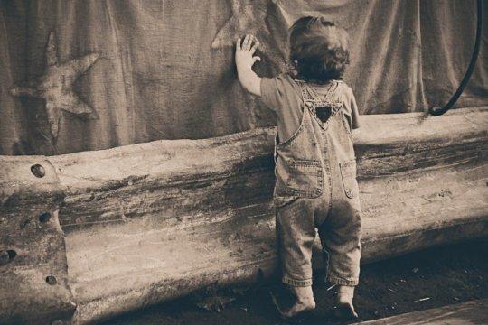 Mungkinkah anak belum bisa duduk mampu belajar berdiri?