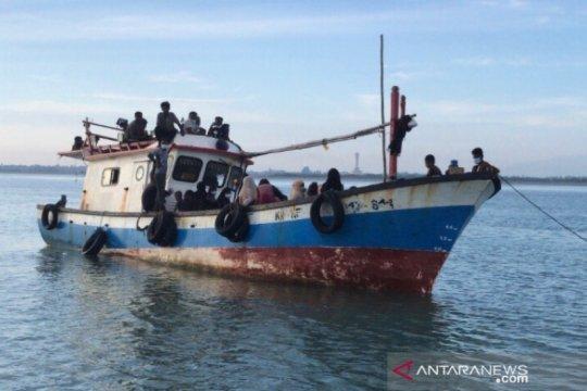 Nelayan bantu pengungsi Rohingya yang kapalnya rusak di perairan Aceh