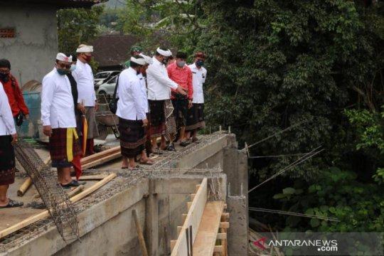 Bupati Gianyar bantu Rp1,45 miliar untuk lima pura terkena bencana