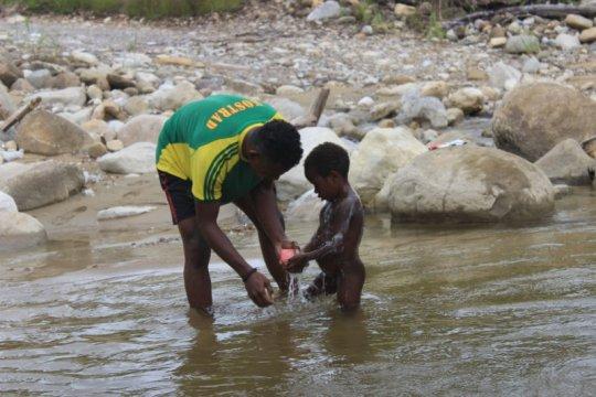 Prajurit TNI ajarkan mandi bersih kepada anak di Deiyai Papua