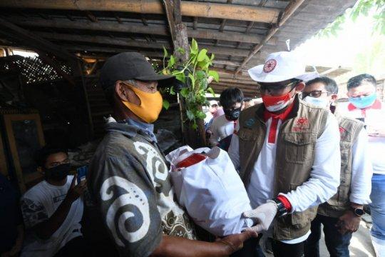 Sandiaga Uno bagikan 350 paket sembako kepada pemulung