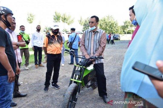 Gubernur uji coba sepeda listrik buatan anak NTB