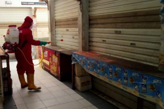 Tiga pasar di Pulo Gadung disemprot disinfektan selama penutupan