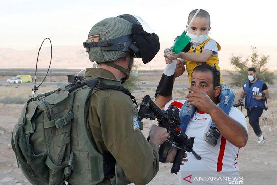 Tentara Israel todongkan senjata pada warga Palestina saat demo