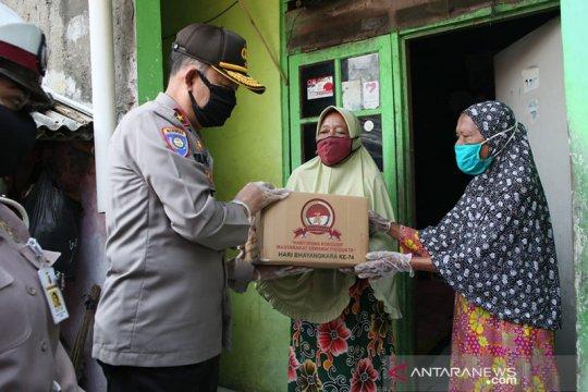 HUT Bhayangkara ke-74 Polri bagikan sembako untuk buruh lepas Jakut