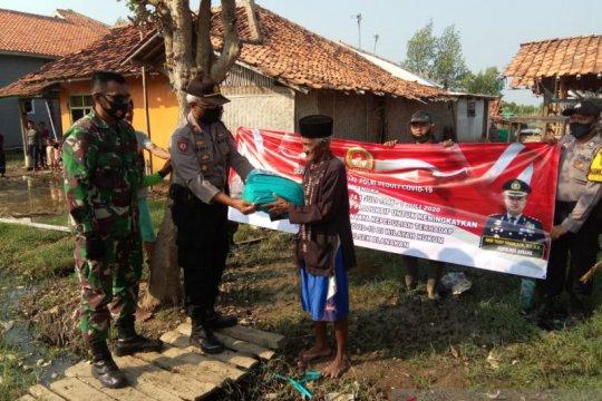 Polres Subang salurkan sembako di pesisir peringati Hari Bhayangkara