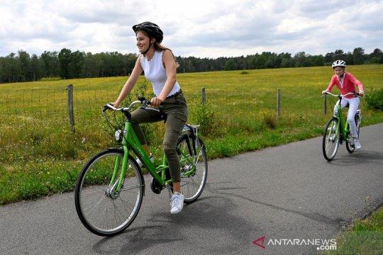Putri Mahkota Belgia Elisabeth asyik bermain sepeda
