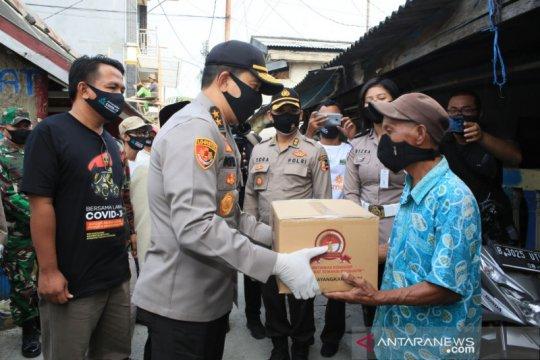 Polri bagikan 400 paket sembako pada nelayan Cilincing