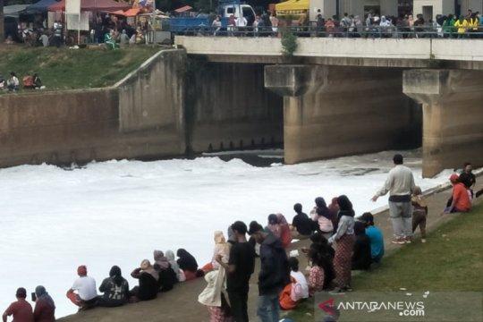"""Kemarin, sungai """"bersalju"""" di HBKB BKT hingga wisata Kepulauan Seribu"""