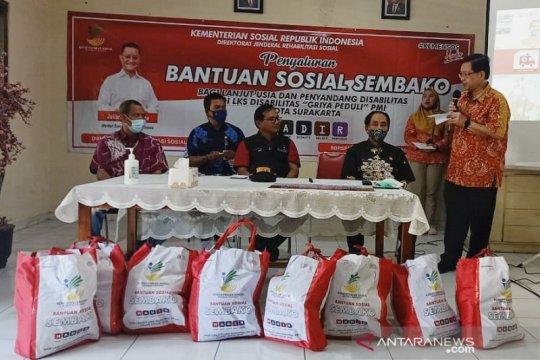 Kementerian Sosial salurkan bantuan sembako ke warga Griya PMI Solo