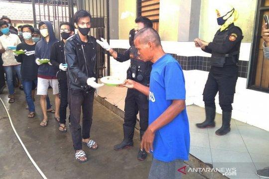 Tak pakai masker, 25 orang harus kerja sosial di Liponsos Surabaya