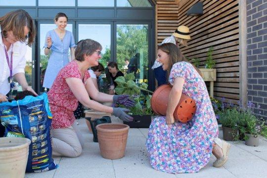 Kate Middleton bertanam di kebun untuk rumah sakit anak