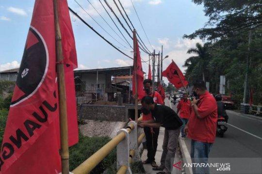 Kader PDIP Garut pasang seribu bendera partai di jalanan perkotaan