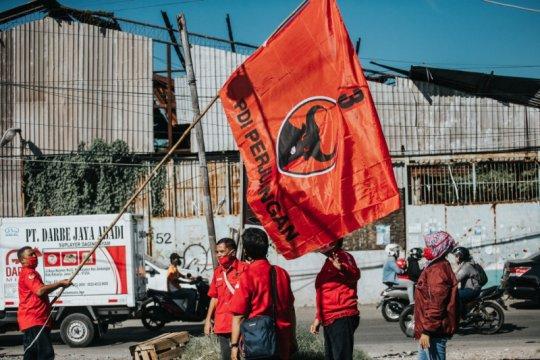 Kader PDIP Surabaya kibarkan bendera partai di kampung dan rumah