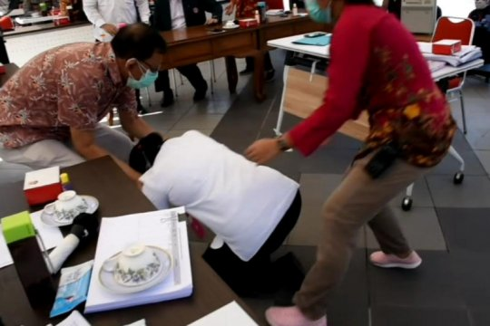 Wali Kota Surabaya sujud saat audiensi dengan IDI dan Persi