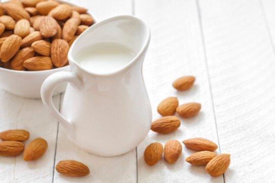 Mana yang lebih baik, susu sapi atau almond?