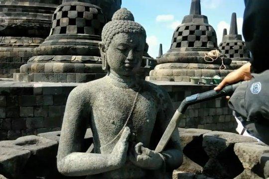 Balai konservasi bersihkan Borobudur dari abu Merapi